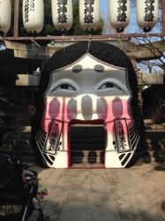 櫛田神社(くしだじんじゃ)の入口にある「お多福」